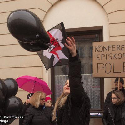 Żegnanych biskupów symbolizowały czarne balony, które wypuszczono w powietrze